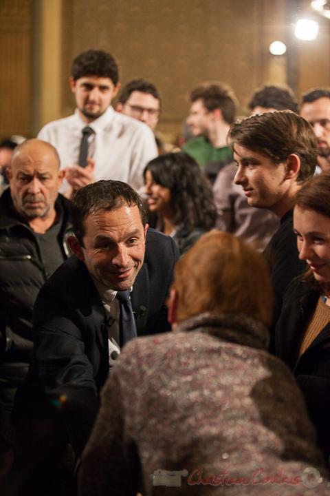 9 Benoît Hamon prend le temps de dialoguer avec une dame. Théâtre Fémina, Bordeaux. #benoithamon2017