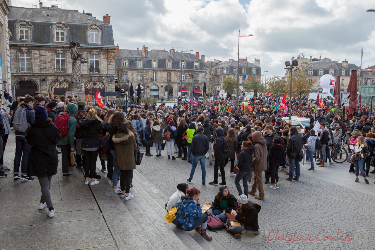 12h49, la place de la Victoire commence à être saturée, depuis le parvis du Campus Victoire