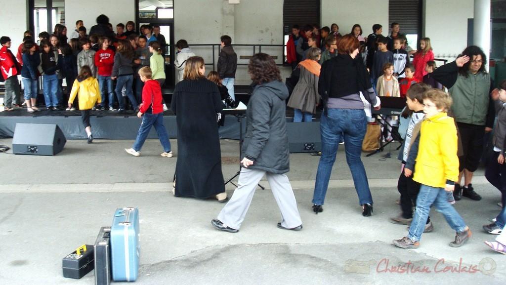 Arrivée des classes de la CDC des Portes de l'Entre-Deux-Mers. Festival JAZZ360, groupe scolaire, Cénac, mercredi 12 mai 2010