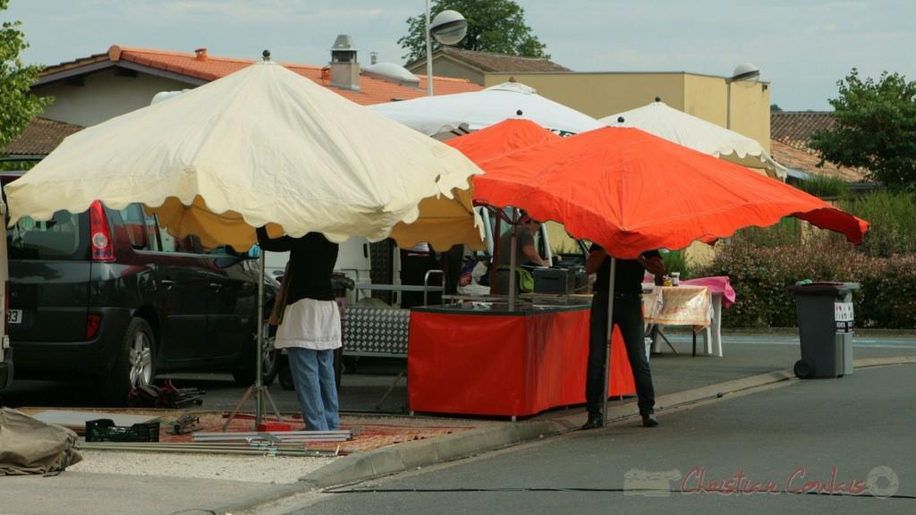 La restauration, les boutiques artisanales s'installent. Festival JAZZ360, Cénac, 04/06/2011