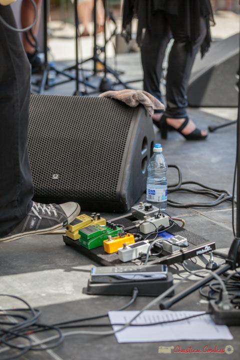"""""""Les outils indispensables du guitariste : fil conducteur, pédales & autres loops, bouteille d'eau, serviette éponge"""" Stéphane Dallet, Soul Kitchen, Festival JAZZ360, Quinsac. 11/06/2017"""