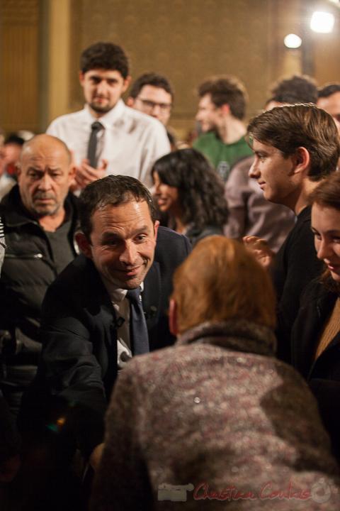 10 Benoît Hamon prend le temps de dialoguer avec une dame. Théâtre Fémina, Bordeaux. #benoithamon2017