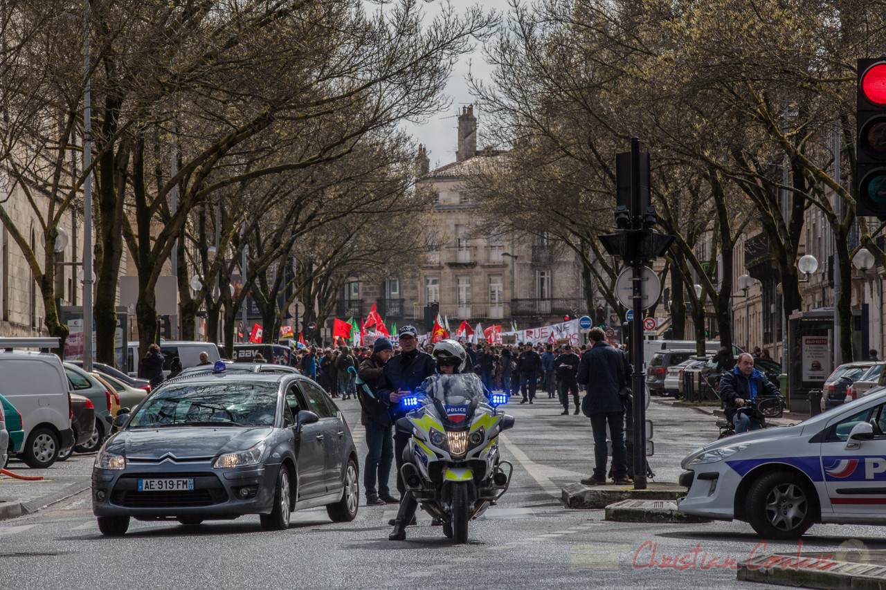 13h44, tête de cortège, les étudiants arrivent cours d'Albert, les forces de l'ordre gèrent la circulation automobile