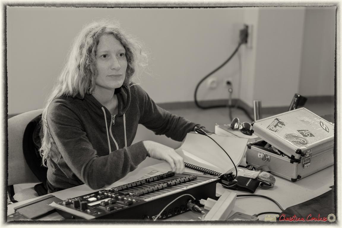 10/06/2016. Leslie Seuve, magicienne des lumières, salle culturelle de Cénac. Festival JAZZ360