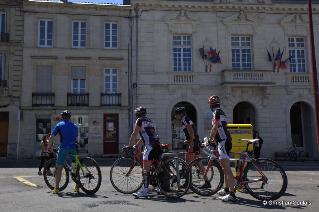 Cyclistes au point d'eau, Place de la Prévôté, Créon