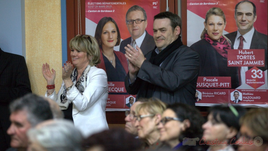 """Marie Récaldé, Pascal Laffargue, Président d'Emmaüs Gironde applaudissent. Meeting """"Majorité départementale"""" aux élections départementales de la Gironde, Blasimon, 9 mars 2015"""
