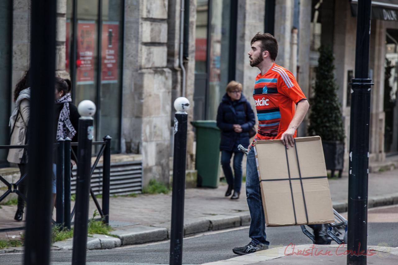 14h10, pendant ce temps-là, le jeune travailleur (précaire ?) livre dare-dare un paquet, place Gambetta