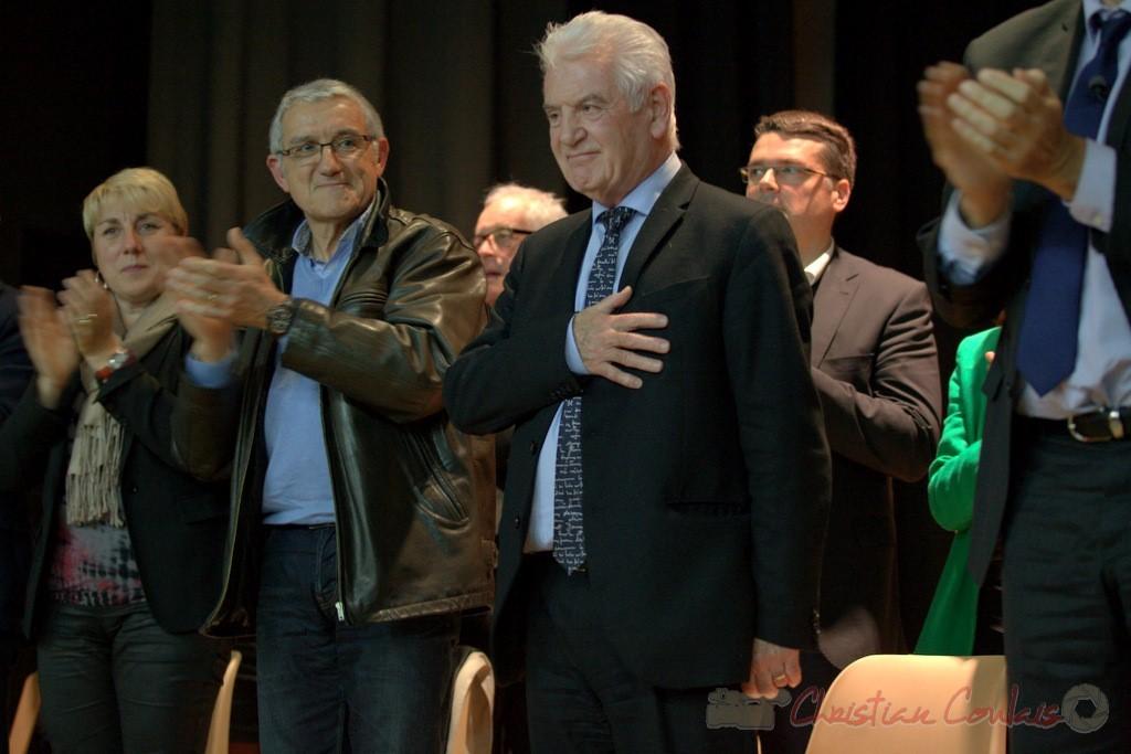 """Sourire de Philippe Madrelle, Sénateur, Président du Conseil général de la Gironde, main sur le cœur. Meeting """"Majorité départementale"""" aux élections départementales de la Gironde, Blasimon, 9 mars 2015"""