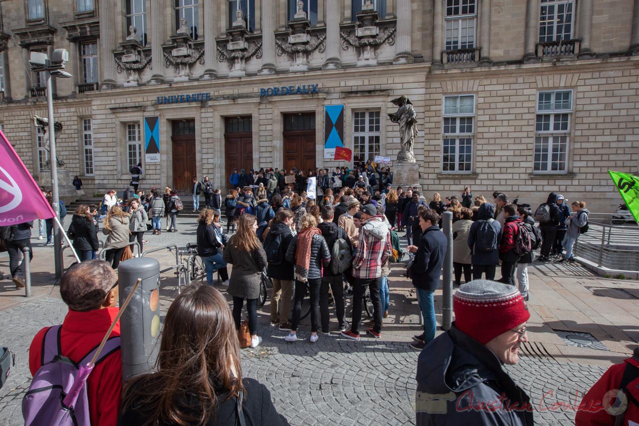 12h22, les étudiants se regroupent devant la Factulté de Bordeaux, rue de Candale