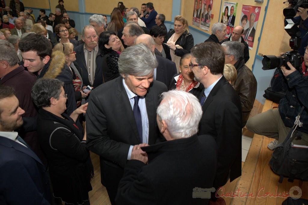 """Poignée de main entre Stéphane le Foll et Philippe Madrelle. Meeting """"Majorité départementale"""" aux élections départementales de la Gironde, Blasimon, 9 mars 2015"""