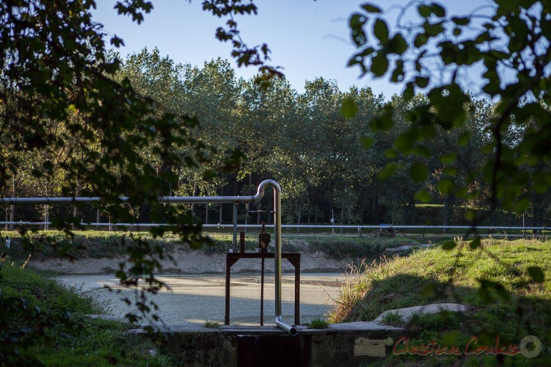 Un des bassins de rétention de la distillerie Douence, Saint-Genès-de-Lombaud, Gironde