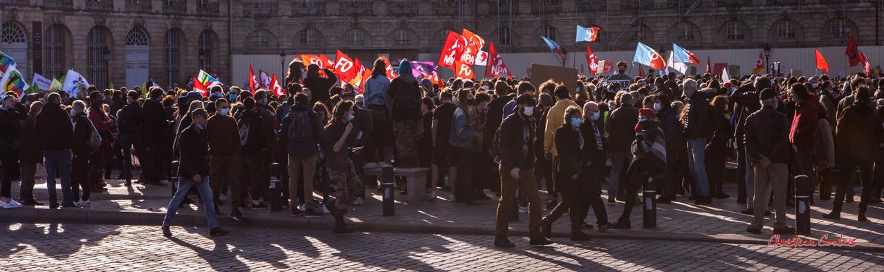 S.N.U.P., F.O., N.P.A., la France insoumise, C.G.T... Manifestation contre la loi Sécurité globale. Samedi 28 novembre 2020, place de la Bourse, Bordeaux. Photographie © Christian Coulais