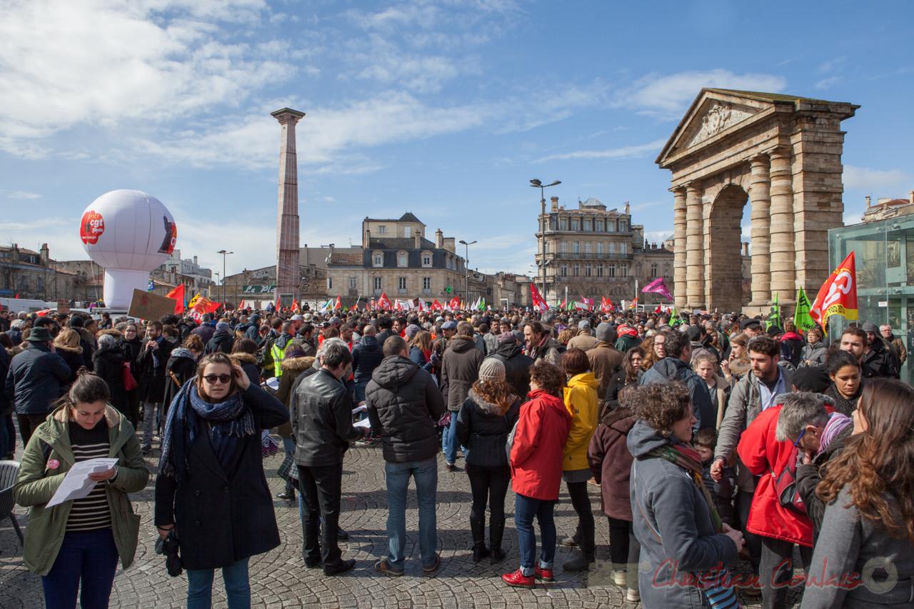 13h25, la place de la Victoire est pleine de manifestant-es contre le projet de loi Travail de Mme El Khomri