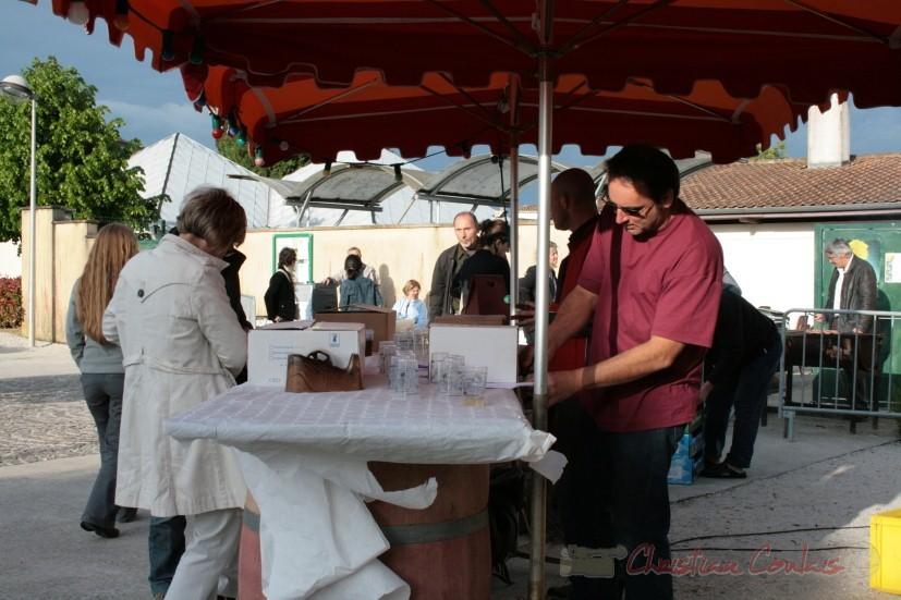 Dégustation des vins de Cénac, dont le château Roquebrune, Jean-Christophe Vidal au service. Festival JAZZ360 2010. Cénac. 15/05/2010