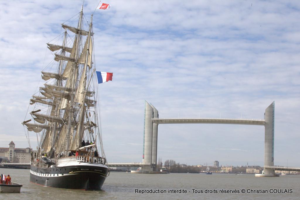 Le Belem et le Pont Jacques Chaban-Delmas lors de l'inauguration à bord de la gabare les Deux Frères. Bordeaux, le 16 mars 2013