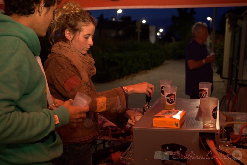 Cécile Gaucher et Robin Dutartre au service des boissons dans les nouveaux gobelets JAZZ, manifestation responsable, 12/06/2016