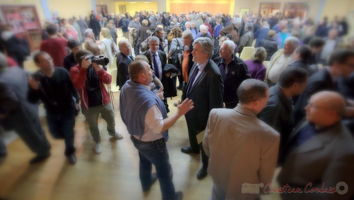"""Stéphane le Foll, Ministre de l'Agriculture, de l'Agroalimentaire, et de la Forêt est abordé par un viticulteur. Meeting """"Majorité départementale"""" aux élections départementales de la Gironde, Blasimon, 9 mars 2015"""