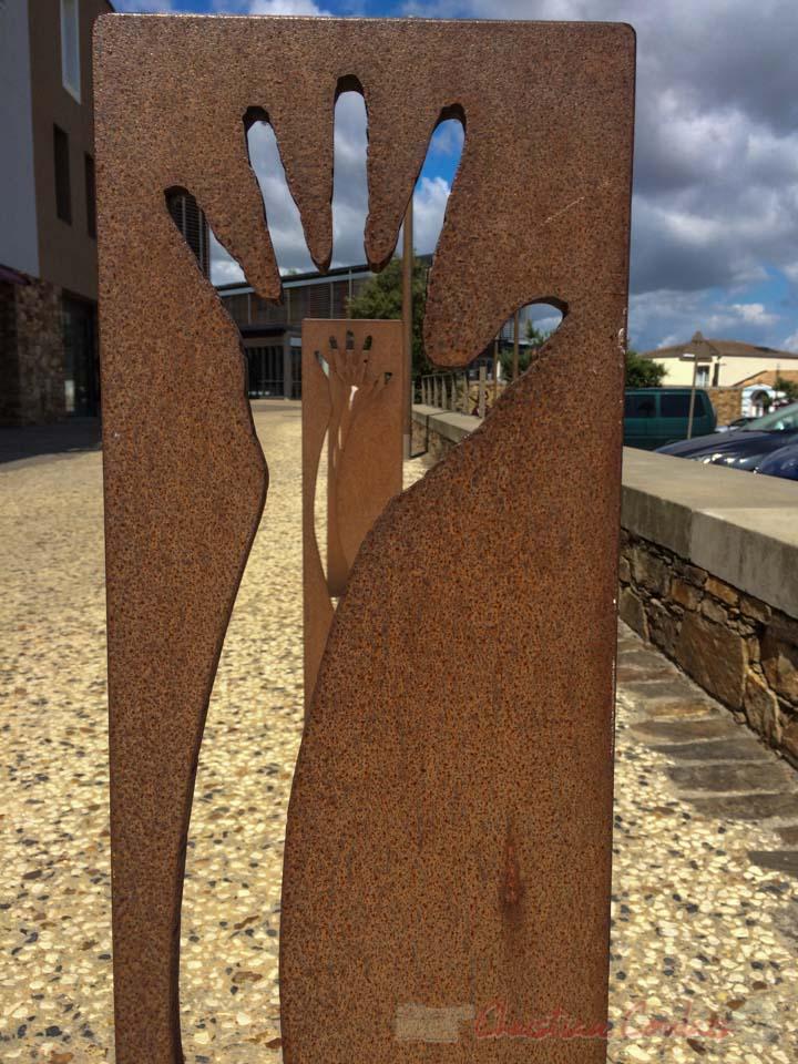 Mobilier urbain en enfilade représantant une main écartée, six fois de suite. Souvenir de Brétignolles-sur-Mer, Vendée, Pays de la Loire
