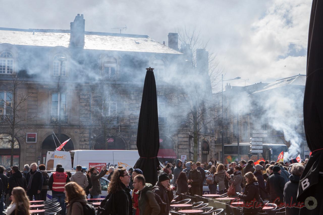 13h27, les syndicats, les jeunes, les adultes arrivent de partout. Place de la Victoire