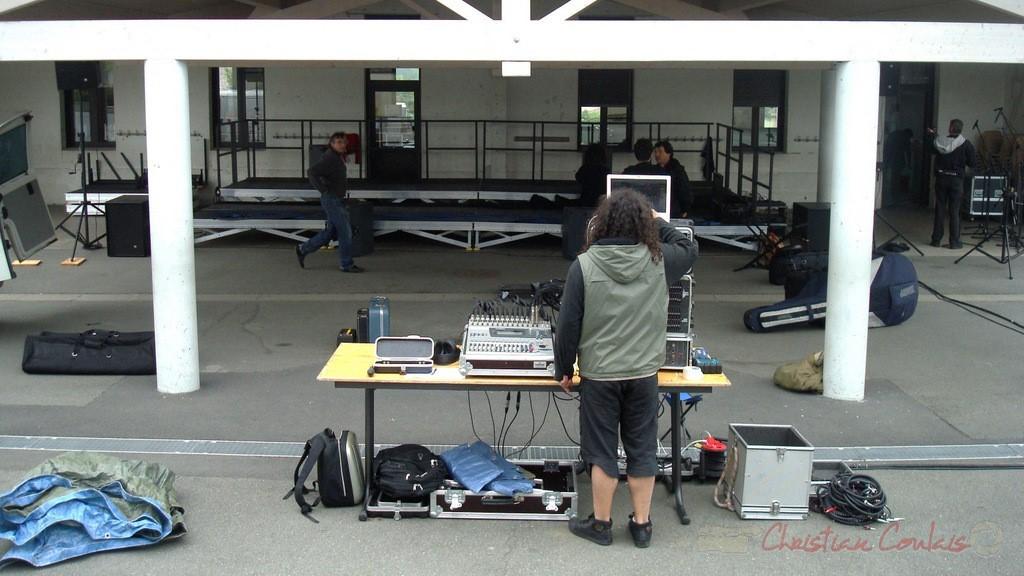 Mise en place de la sonoristaion sous le préau du groupe scolaire de Cénac. Festival JAZZ360, mercredi 12 mai 2010