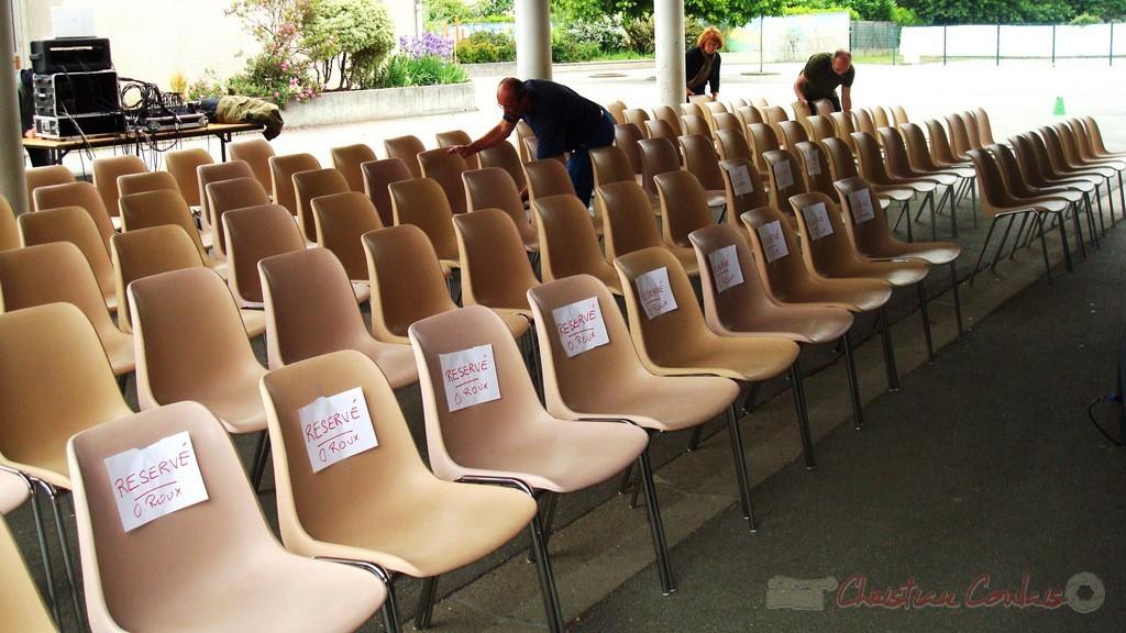 Mise en place des chaises pour l'accueil du public. Festival JAZZ360, groupe scolaire, Cénac, mercredi 12 mai 2010