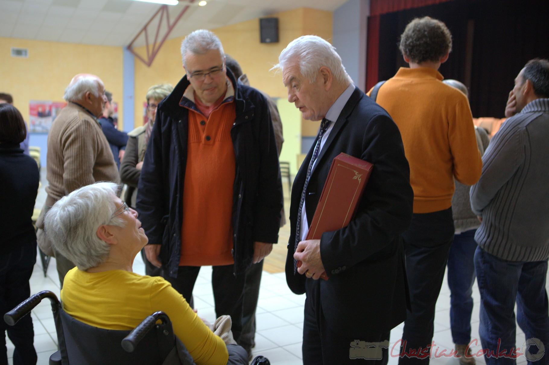 """Poursuite des conversations avec d'autres personnes et Philippe Madrelle, Sénateur, Président du Conseil général de la Gironde. Meeting """"Majorité départementale"""" aux élections départementales de la Gironde, Blasimon, 9 mars 2015"""
