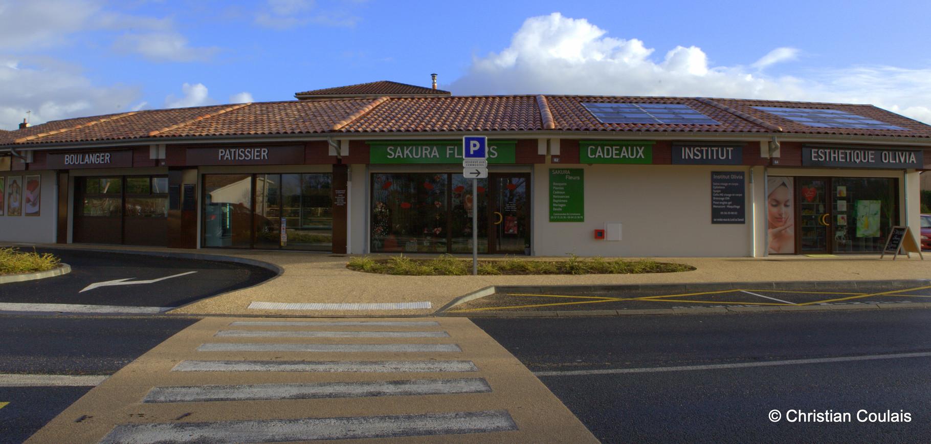 Locaux commerciaux municipaux et leurs panneaux solaires, Cénac, Gironde