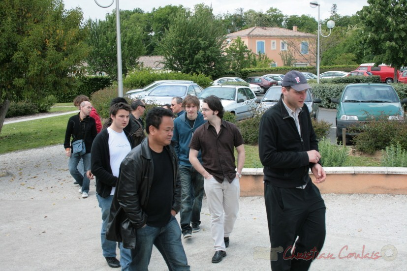 Arrivée du public à la conférence jouée de Sylvain Luc. Festival JAZZ360, groupe scolaire, Cénac. Samedi 15 mai 2010