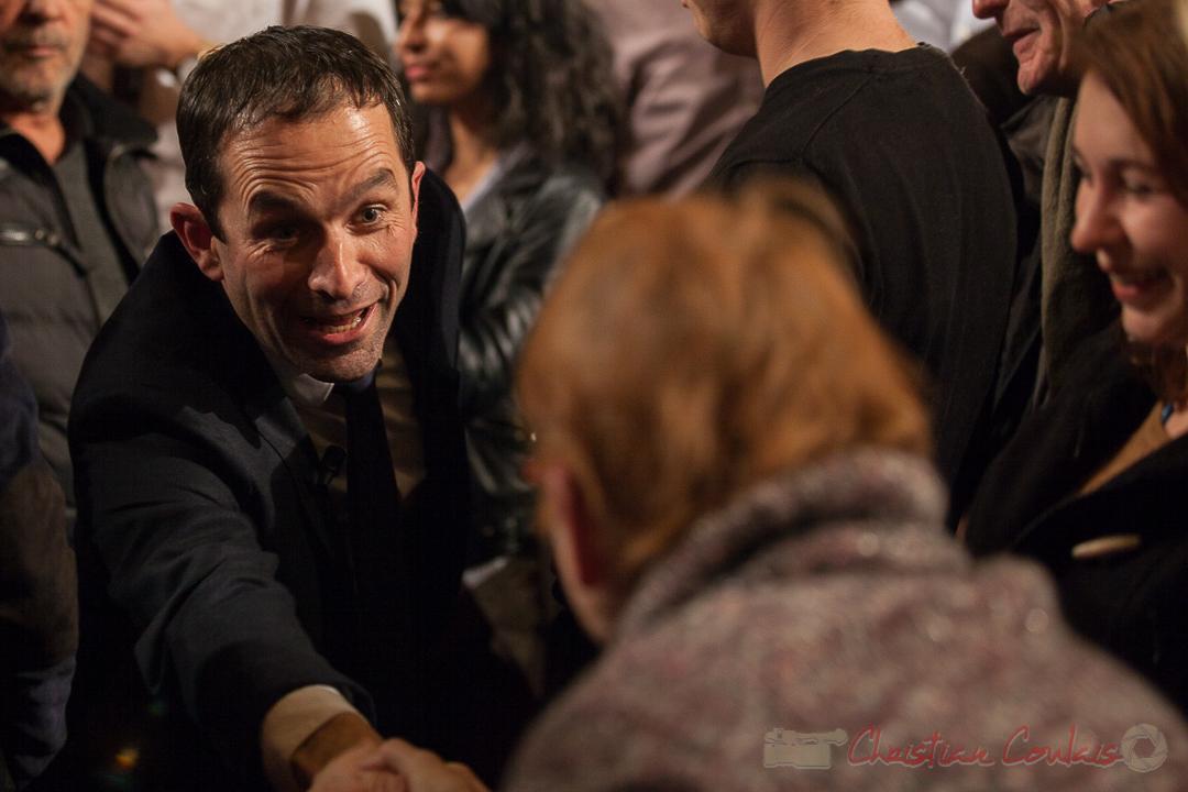 7 Benoît Hamon prend le temps de dialoguer avec une dame. Théâtre Fémina, Bordeaux. #benoithamon2017