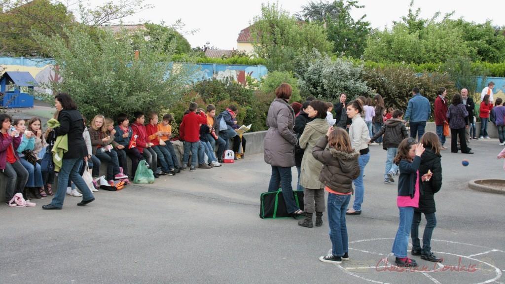 Goûter bien mérité pour la chorale jazz des écoles de la CDC des Portes de l'Entre-Deux-Mers. Festival JAZZ360 2010, Cénac. 12/05/2010