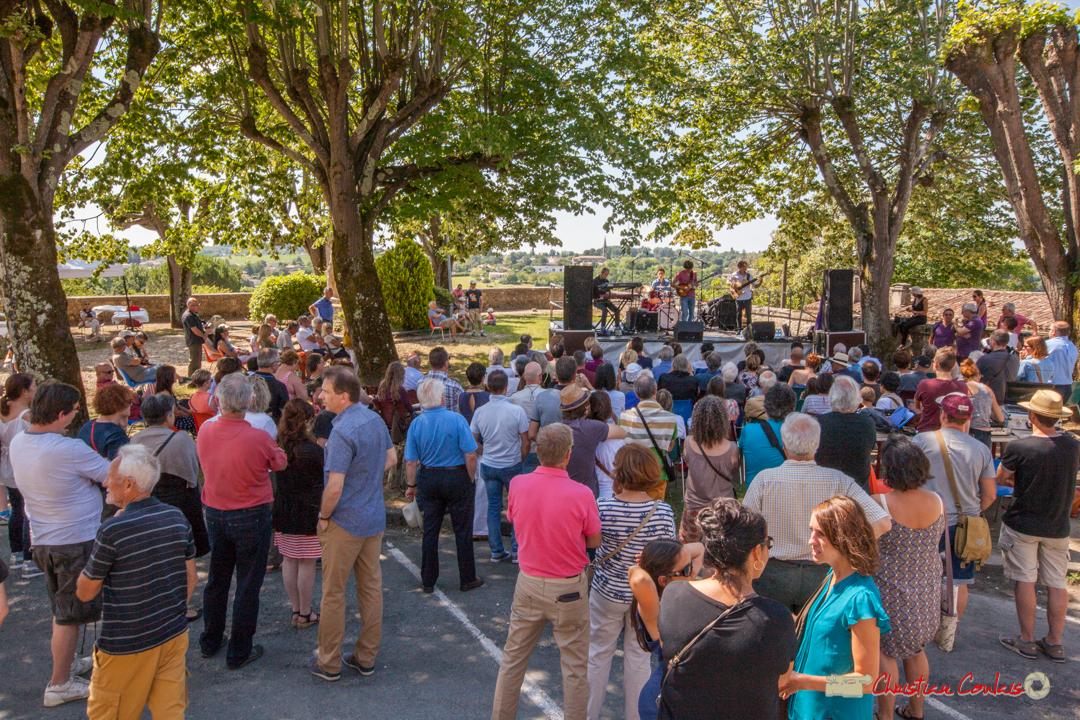Public sous les tilleuls odorants pour écouter Tom Ibarra Group. Festival JAZZ360, Camblanes-et-Meynac, 10 juin 2017