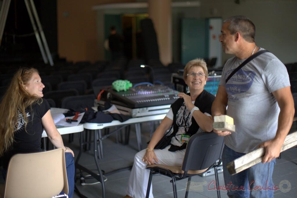 Leslie Seuve, responsable Lumières, Maryse Pinol, bénévole, Manuel Dos Santos Matos, responsable technique de Cénac. Coulisses Festival JAZZ360, 12/06/2015