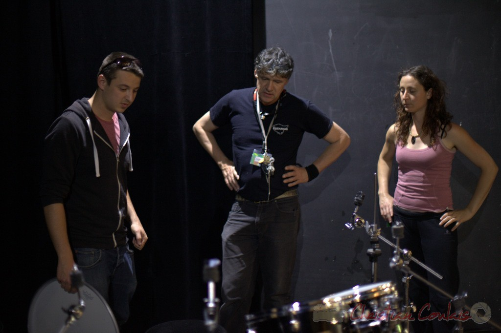Hugo Raducanu, batteur, Pablo Jarraute, responsable son, Marie Croc, technicienne. Coulisses Festival JAZZ360, 12/06/2015