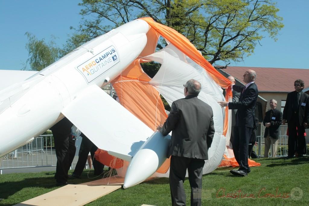 Latresne. Inauguration de l'Aérocampus Aquitaine. Une voile de parachute découvre le drone-cible CT.20 de Nord Aviation