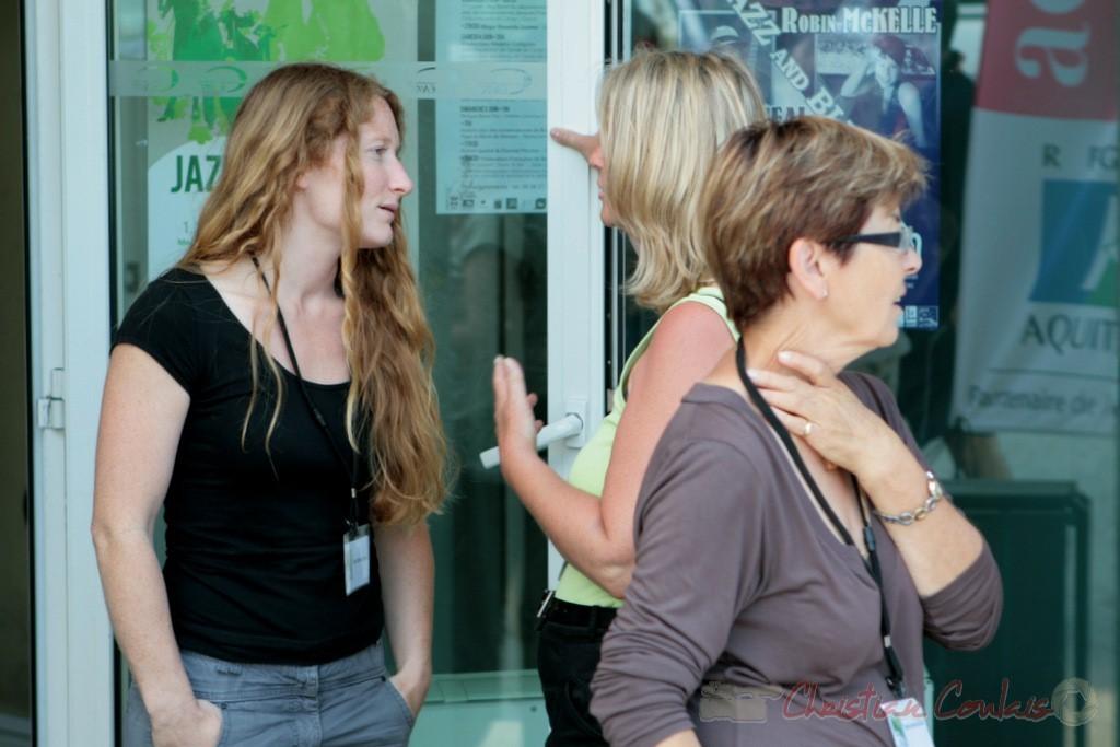 Leslie Seuve, technicienne lumière et des bénévoles du Festival JAZZ360. Cénac. 05/06/2011