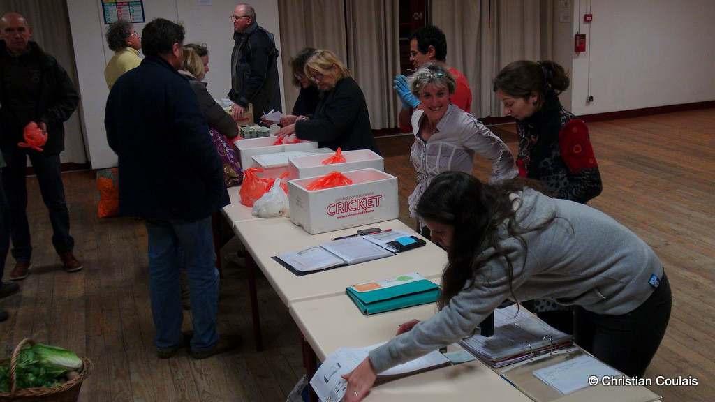 Distribution des fromages de chèvre, association la Cueillette, Quinsac