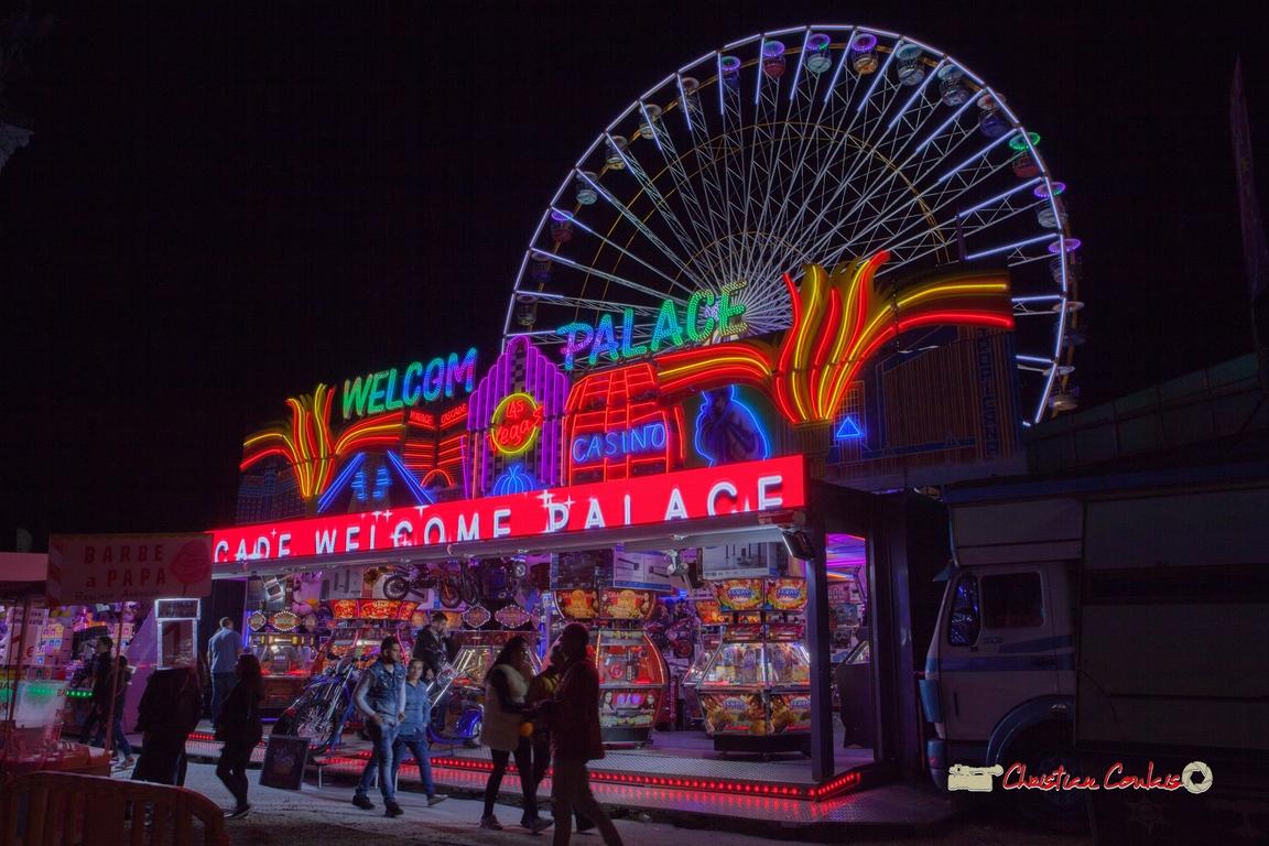 Jeu de néons V. Foire aux plaisirs & attractions foraines, Bordeaux, mercredi 17 octobre 2018. Reproduction interdite - Tous droits réservés © Christian Coulais