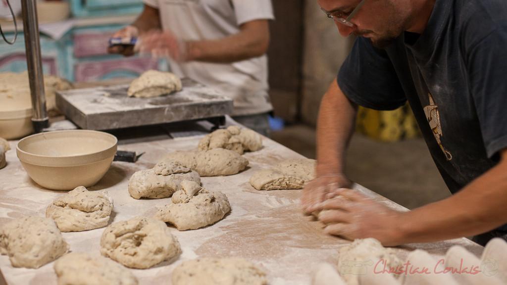 Façonnage du pain aux lin et tournesol, Ferme du petit baron
