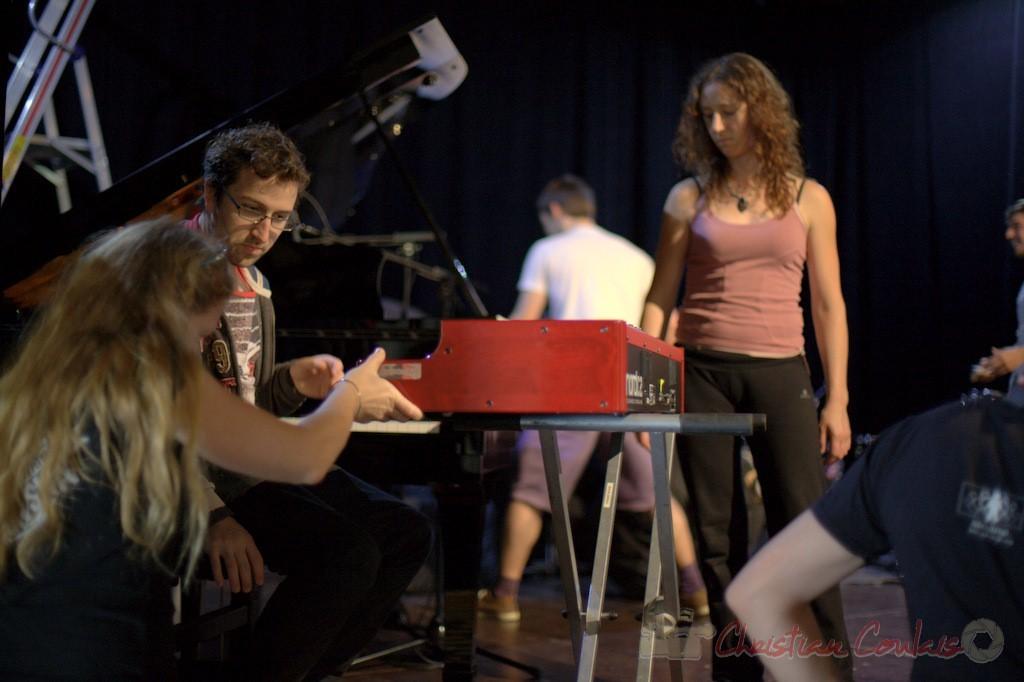 Le personnel technique est aux petits soins pour les musiciens. Coulisses Festival JAZZ360, 12/06/2015