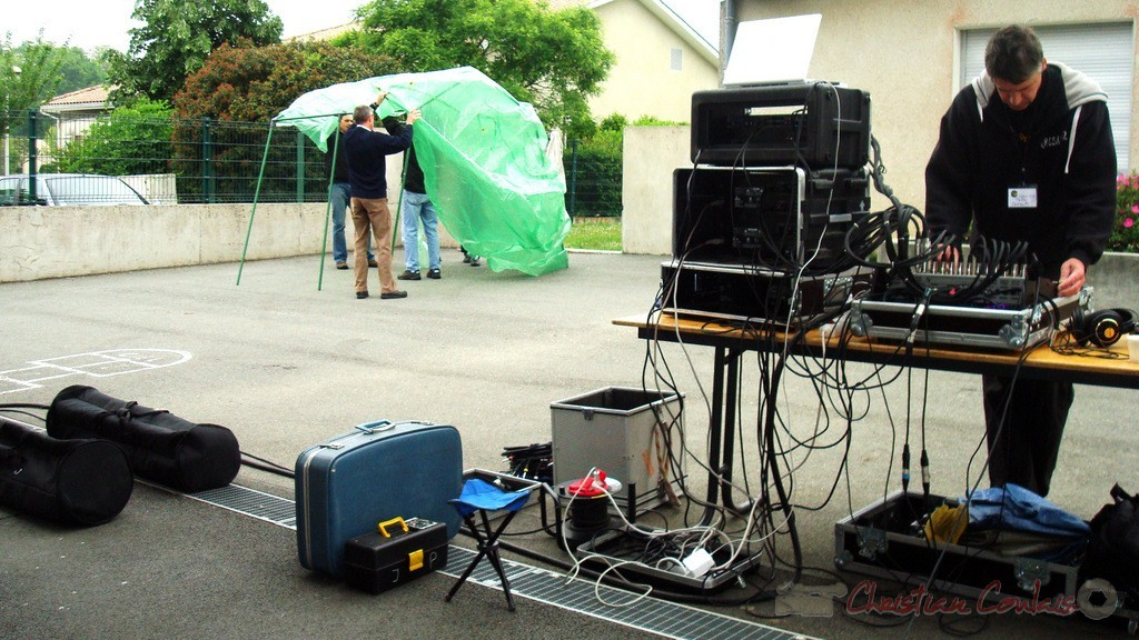 Pablo Jaraute à la console et montage d'un abri contre une pluie éventuelle. Festival JAZZ360, groupe scolaire, Cénac, mercredi 12 mai 2010