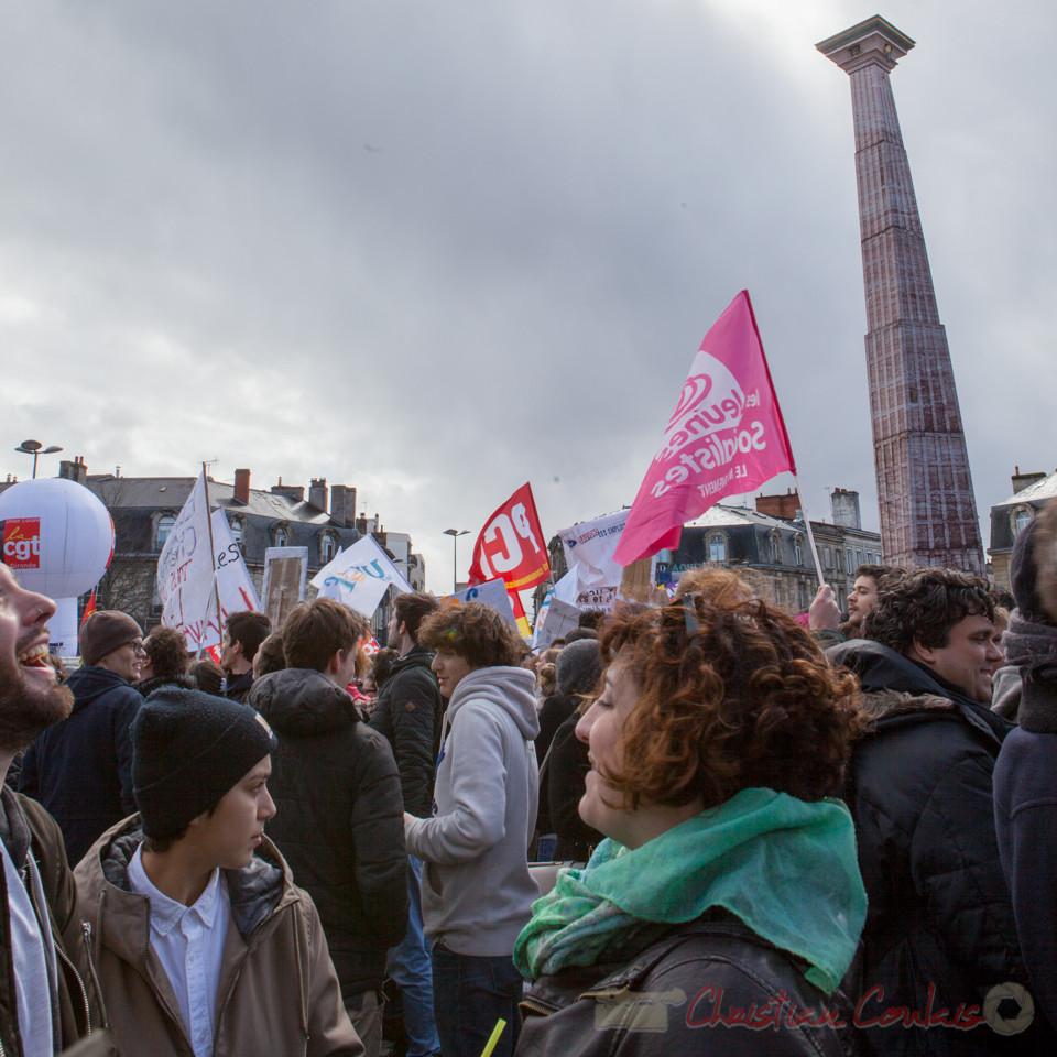 13h23, sous la colonne d'Ivan Theimer, quelques jeunes socialistes émergent place de la Victoire