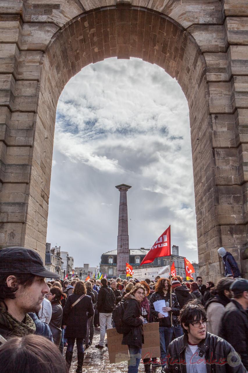 13h31, le cortège s'ébroue de la place de la Victoire, porte d'Aquitaine, obélisque Theimer de marbre rouge du Languedoc
