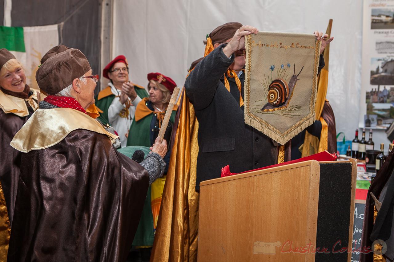 Présentation de la Bannière de la Confrérie de la Cagouille Créonnaise à la foule
