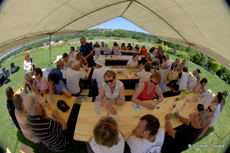 Repas convivial, entre deux concerts du Festival JAZZ360. Quinsac, Gironde