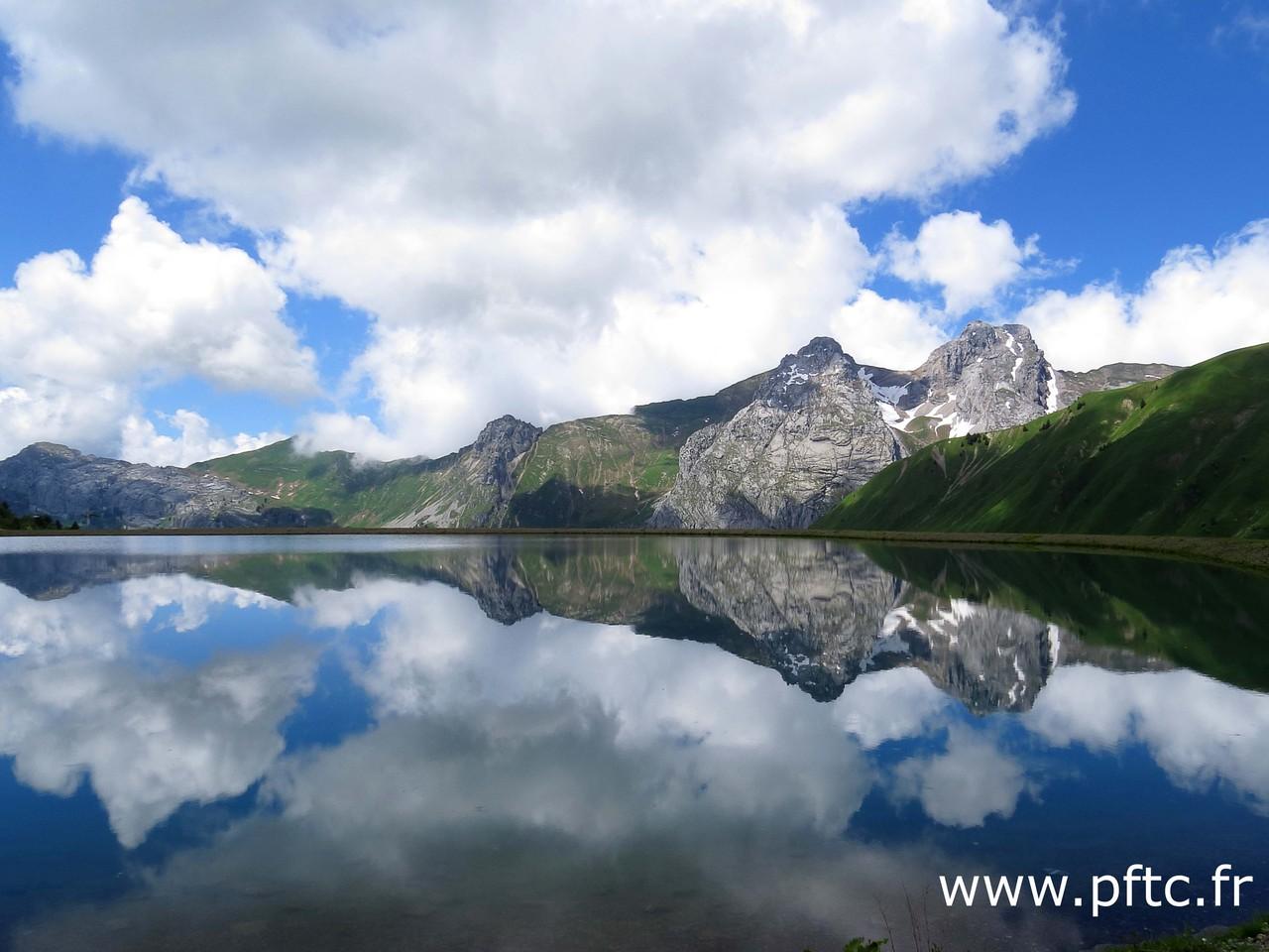 Le mont Jalouvre et  Pointe Blanche depuis le Lac Maroly