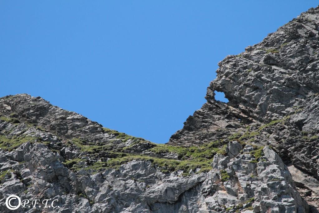 Pierre trouée en haut du Lac de Tardevant