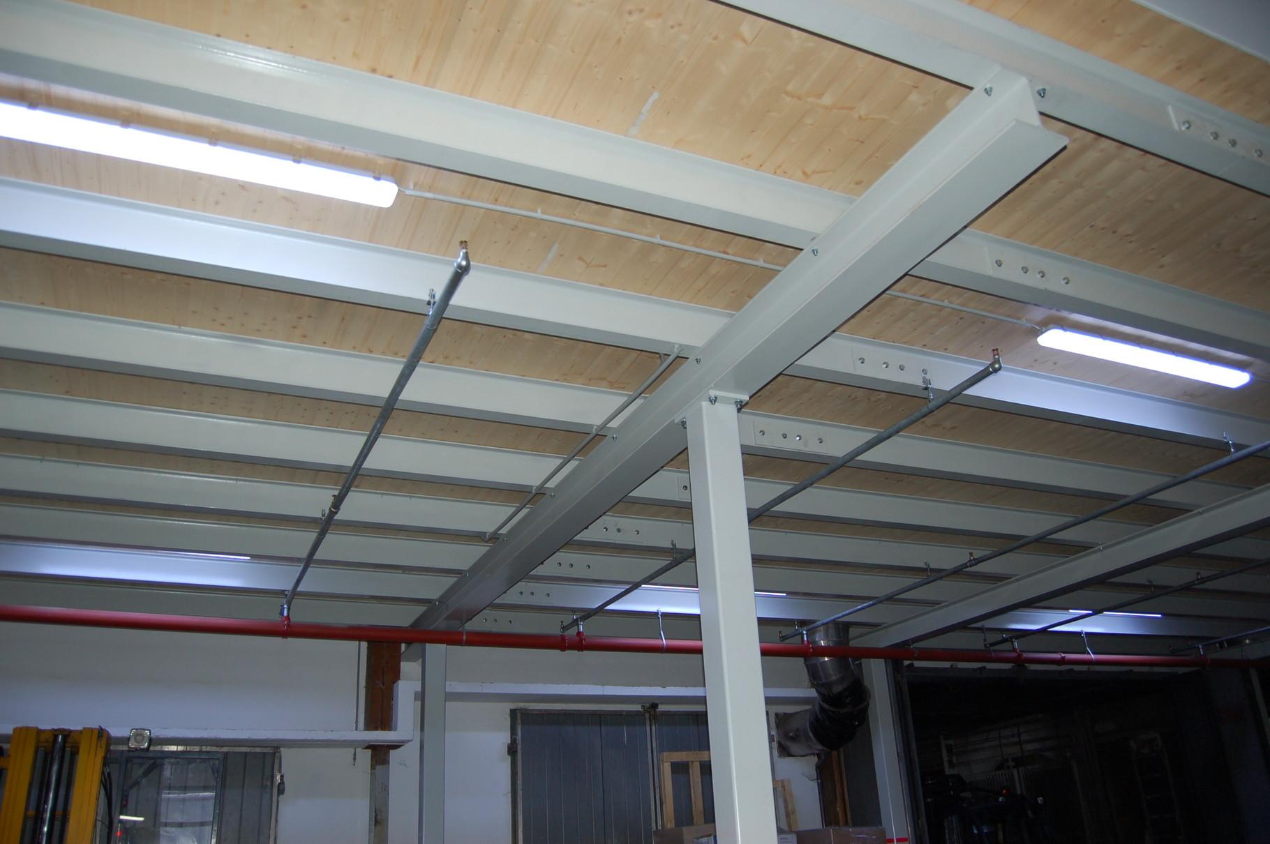 Stahlkonstruktion in einer bestehenden Lagerhalle
