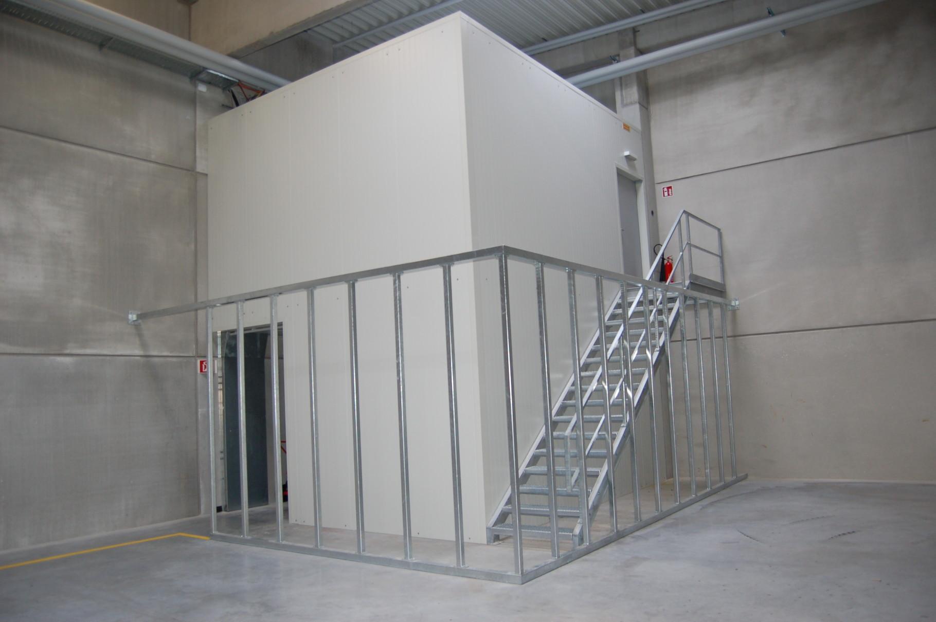 Stahlkonstruktion verkleidet mit Brandschutzpaneelen, EG Logistikbüro - OG Technikraum