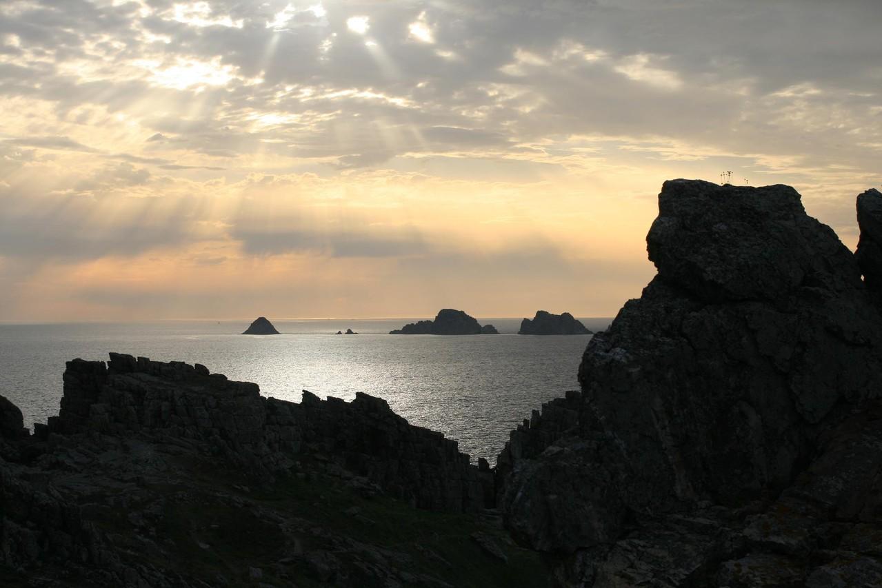 Presqu'île de Crozon, coucher de soleil sur les Tas de Pois©moulindebeuzidou