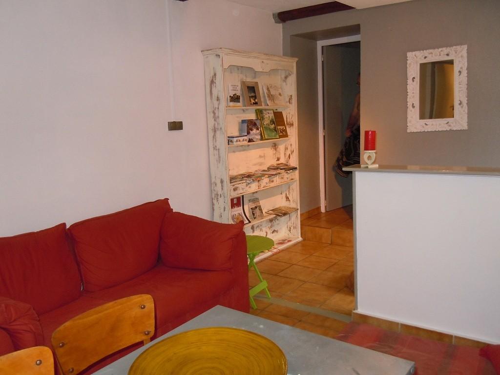 Le coin salon et sa bibliothèque©moulindebeuzidou